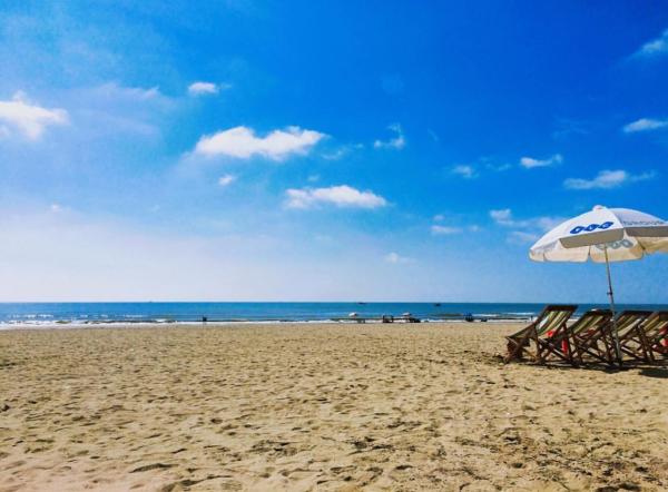 Bầu trời xanh trong với bãi cát trải dài