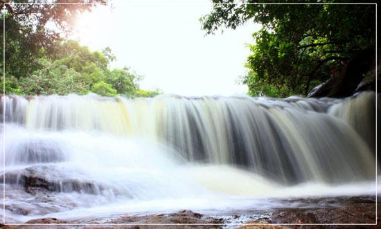 Thác nước ở suối Đá Bàn