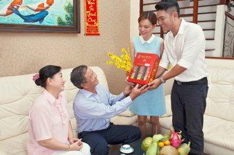 """Những món quà Tết lấy lòng bố mẹ nàng của """"chàng rể quốc dân"""""""