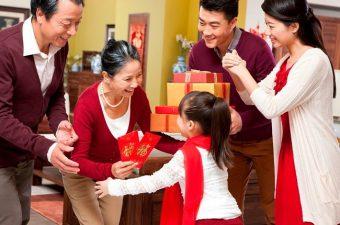 Phong tục tặng quà Tết của người Việt.