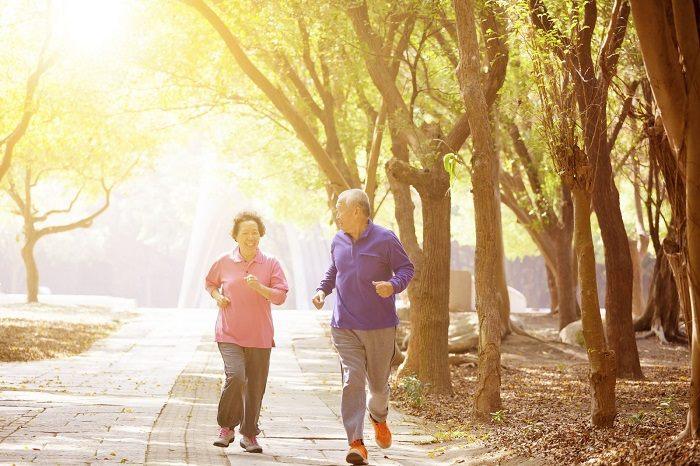 Tặng người cao tuổi giày thể thao khuyến khích họ đi bộ tập thể dục.
