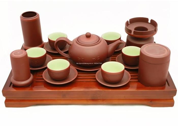 Tặng người già trà và bộ ấm chén để thưởng thức.