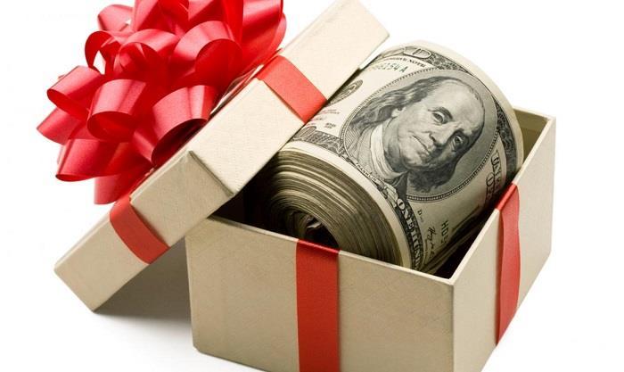 Tiền thưởng sẽ giúp gia đình công nhân viên có thêm chi phí sắm Tết.