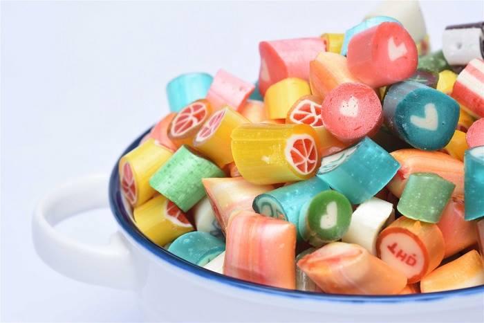 Bạn nên nắm bắt sở thích của bé và lựa chọn những sản phẩm bánh kẹo chất lượng đảm bảo để làm quà tặng.