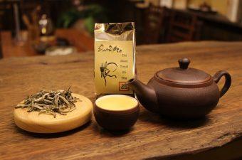 Uống trà là một thói quen, và là một phong tục đẹp của người Việt Nam xưa và nay.